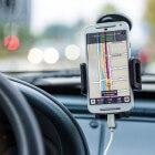 Aanraken van de smartphone tijdens het autorijden strafbaar
